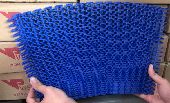 Băng tải nhựa chạy cong bước xích 25.4mm.