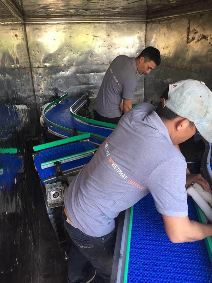 Băng tải nhựa chạy cong