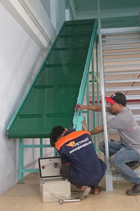 Băng tải PVC lên xuống chuyển tầng theo cầu thang, có gờ cánh gạt băng tải