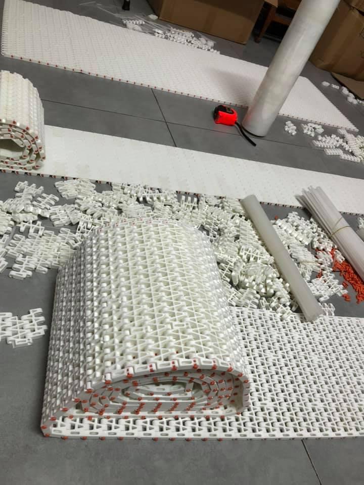 lắp ráp băng tải nhựa tại xưởng Việt Phát